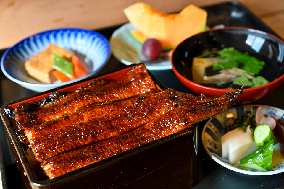 Unaju (avec un petit plat, une soupe, une chose d'encens, le dessert). Il y a l'arrière menu de l'unaju un morceau d'article ayant une anguille un cercle au même prix.