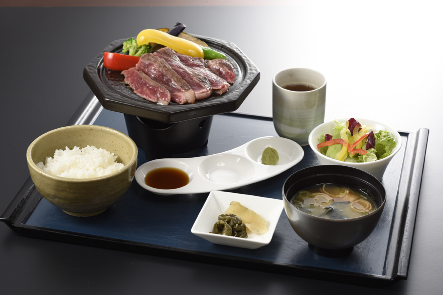 Hida beef roast Sue seasoning and broiling fowl on a board low dining table 2,420 yen