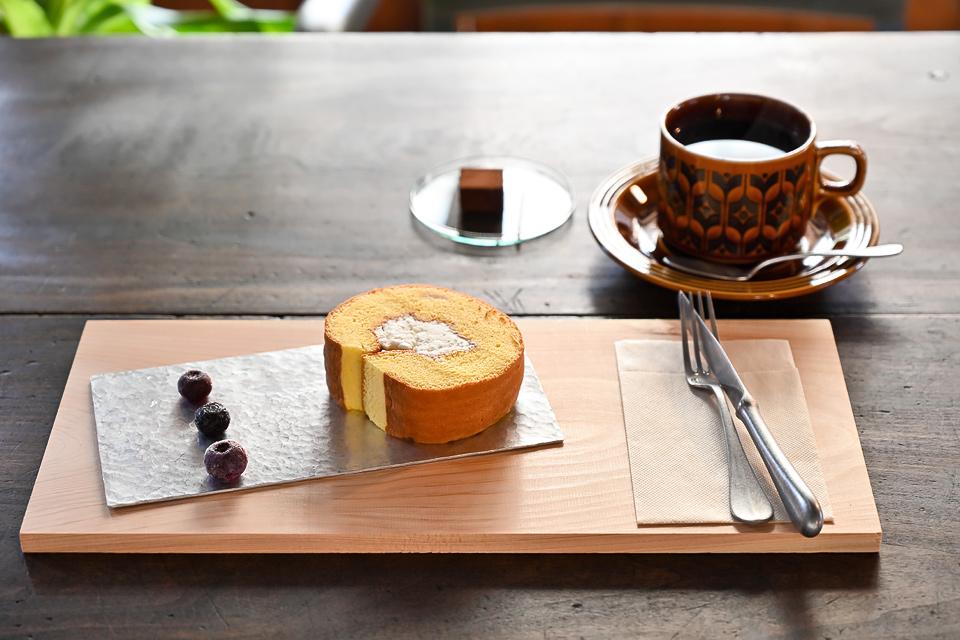 HiKOSA混合咖啡450日元,蜂蜜蛋糕卷350日元